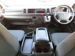 Wエアバッグ/ABS/キーレス/イモビライザー/純正コーナーセンサー(前後)/純正AMFMラジオ/純正フロアマット/フロントエアコン/リヤクーラー/リヤヒーターが装備されています。