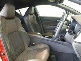 前席はショルダーサポートを強調した造形を基本に、見た目でも走りを感じるバケットシートに近いシルエットになっています。