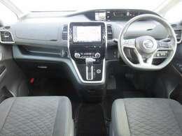ディーラーオプションのメモリーナビ・ETC・クルーズコントロール・オ-トエアコン・インテリジェントキ-等を装備する運転席まわり。