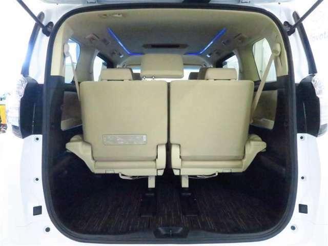 沢山収納できる収納スペースです。増えがちの荷物も綺麗に収納できるので、車内を広く使えますよ。限られた車内のスペースを有効活用できるのも重要なポイントです。