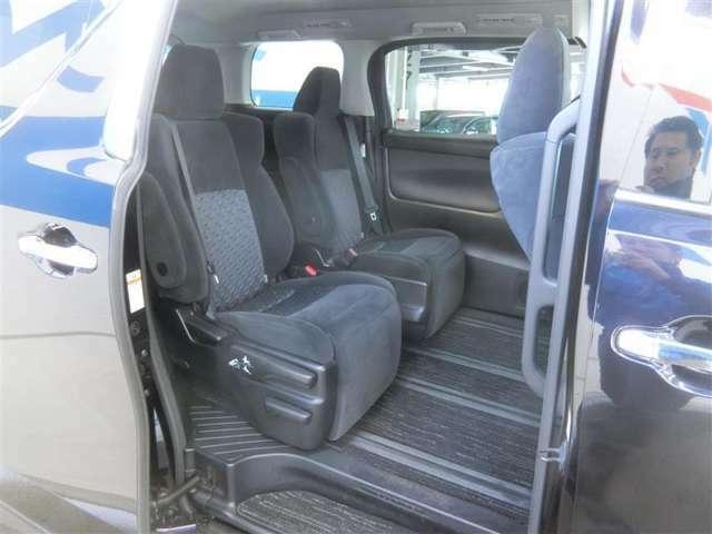 セカンドシートのリラックスキャプテンシートは、横スライドすることでロングスライドが可能になります。