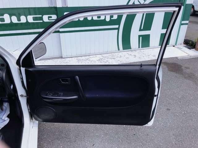 運転席内張りも綺麗な状態です。パワーウインド装備されておりますので空調もバッチリ(^O^)/です。