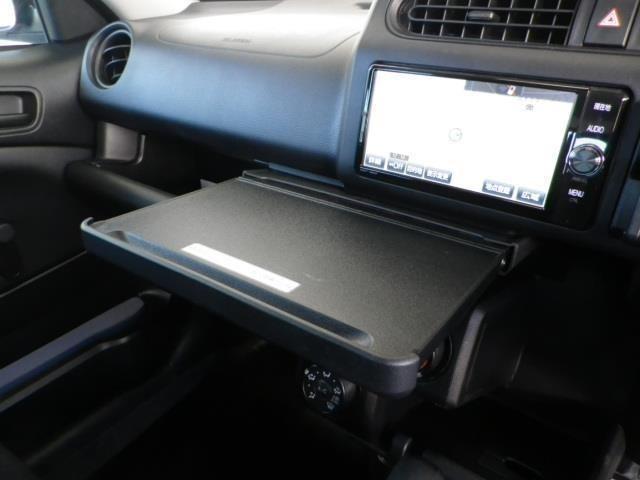 停車中にテーブルとして使えるインパネボックス!車内にはアイデア満載の収納スペースを装備!