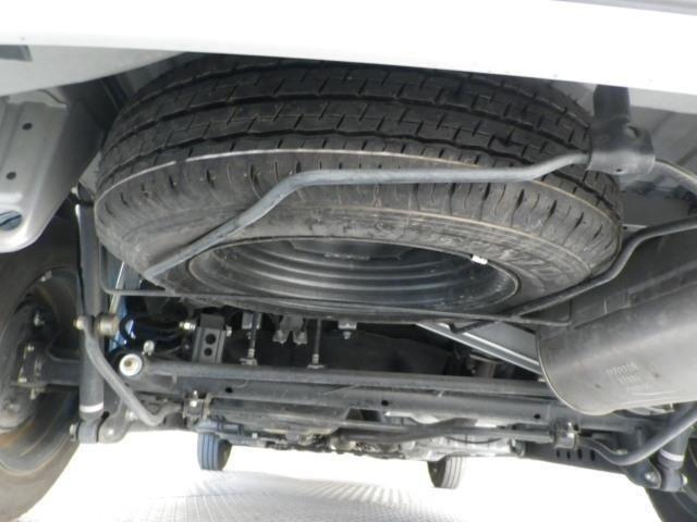 車体下部には万が一に備えてスペアタイヤを搭載!