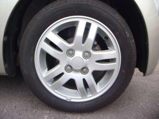 当店では全車両、アルミホイール、タイヤは交換。車両の見た目と走行の安全面を考慮しております。