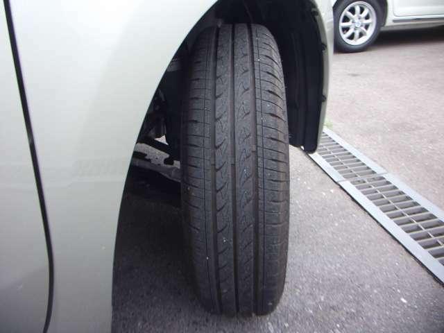 タイヤの空気圧は1ヶ月に1度もしくは給油の度に確認してください!!空気圧が低いとハンドルも重くなりますし、燃費も悪くなります。また、事故の原因にもなってしまいます。