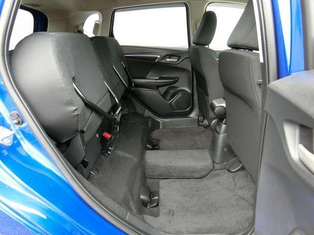 後席の座面をはね上げることで、背の高い荷物も倒さず積める