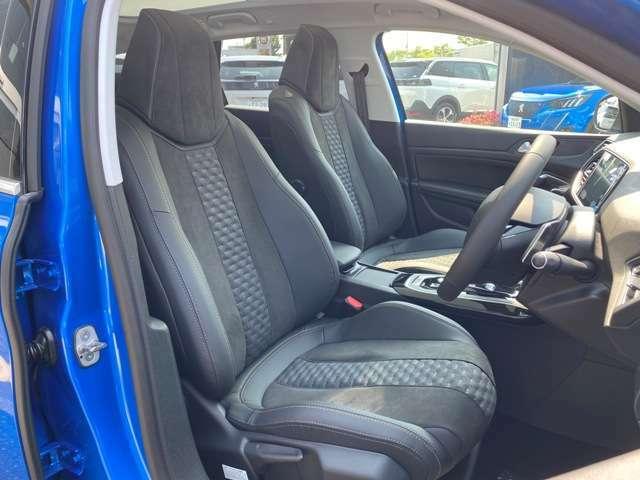 クッション性やホールド性にも優れたシートで高級感のあるアルカンタラシートです!