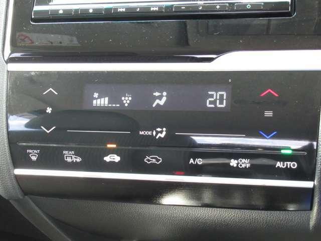 エアコンの操作はタッチパネル式。