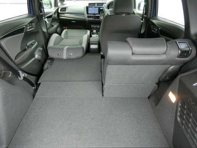 左側も後席をたたんで、助手席を後ろに倒せば、248センチにおよぶ長いスペースが出現