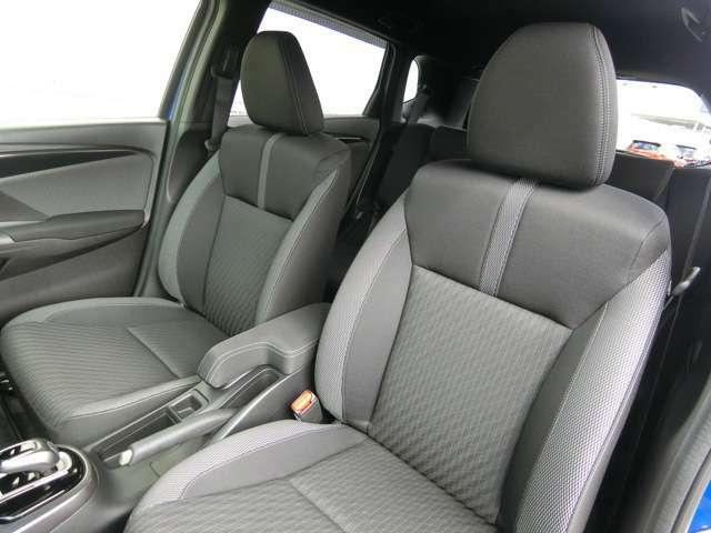 ブラック基調のシートにグレーラインがシャープな印象を与える専用スポーツシート
