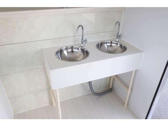 2槽シンクを装備! 給排水タンクも目的、用途に合わせてご用意頂けます〇