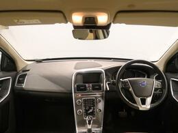 上級グレードのXC60 D4 SEが入庫!!安全性はもちろんのこと、高級感溢れるブロンド色のフルレザーシートで内装は綺麗な状態で外装では18インチのホイールでダイナミックなデザインになっております!!