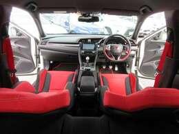 タイプR専用インテリア♪ レッドXブラックで統一されており、スポーティなインテリアとなります♪ 走る楽しさを感じることのできる素敵な車内空間ですね♪