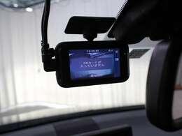 交通事故処理の迅速化等、運転中の「万が一」を記録してくれ、もしもの時も心強いドライブレコーダーを装備しています。