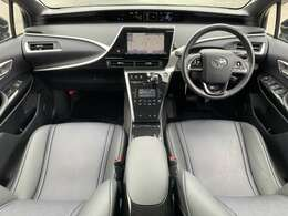 内装はブラックを基調とし、落ち着いた雰囲気です。シートもゆったり座れて快適です。
