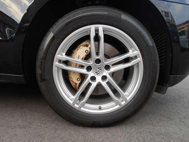 ホイールにはオプションで、19インチターボが装着されております。タイヤは前後共に一度交換されており、コンチネンタル製のものが装着されております。残り溝もまだございますよ!