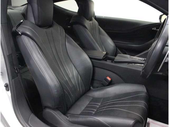 【運転席】ブラックを基調としたインテリアにブラックのレザーシート(一部合皮※メーカー基準)。パワーシートでお好みの位置に座席を設定可能です。シートヒーター・エアコン・純正フロアマット付です。