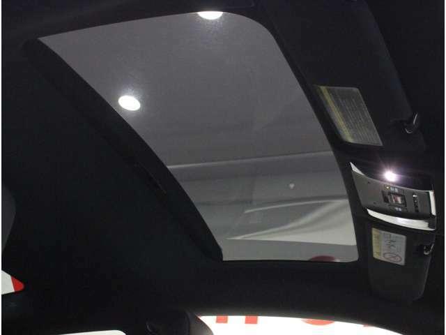 【ガラスルーフ】車内に採光を。明るく開放的な気持ちの良いドライブが楽しめます。
