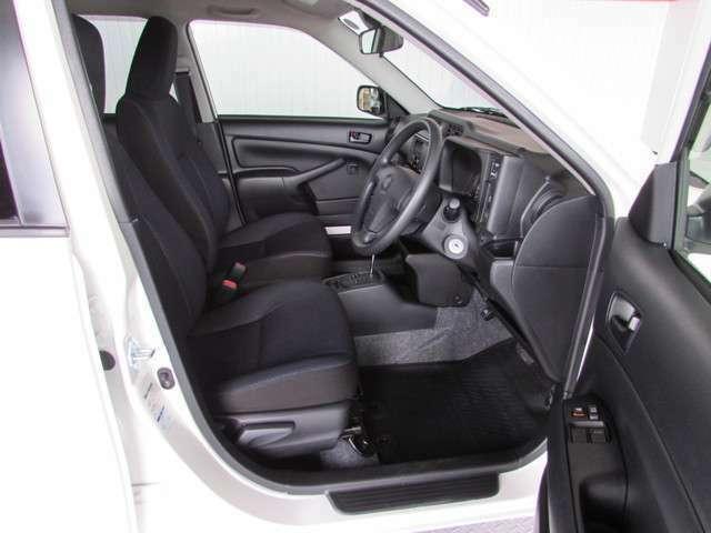 大きく開くフロントドアは乗り降りがとてもしやすく、結構広い室内と快適な座り心地のシートです。