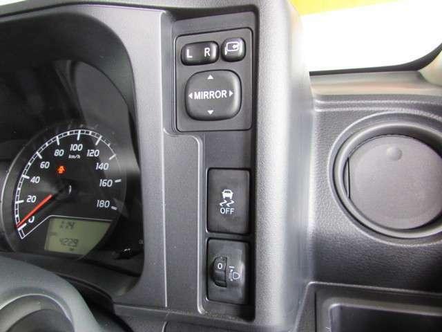 ドアミラー調整・狭い道に駐車する時も安心の格納他..ハンドル横の便利なスイッチ! 横滑り防止機能とヘッドライト照射位置の上下を室内で調整できる、レベリングスイッチを装備。