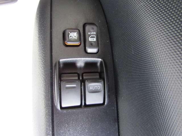 ビジネスカーですが便利なパワーウインドウとドアロックスイッチ走行中の換気や駐車場のチケット受け取りもラクラク!。