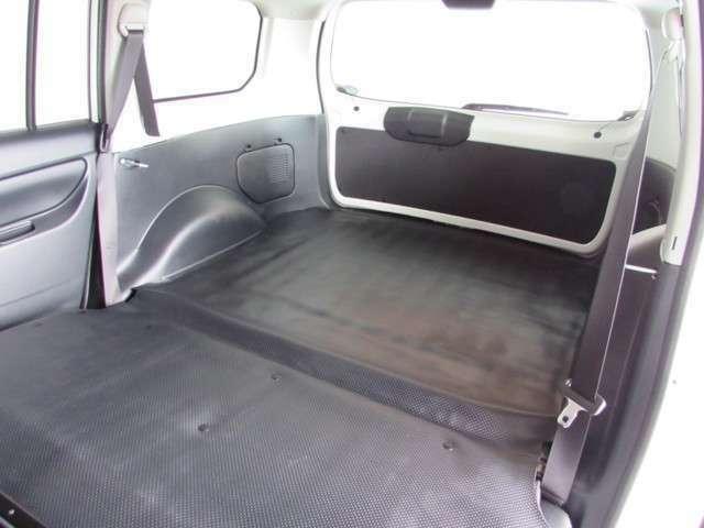 リヤシートをたためばフラットな広い荷室スペース、荷物の積み下ろしがしやすい車です。