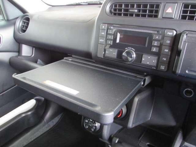 ビジネス合間の休憩や、車内でのちょっとしたお仕事に、A5サイズの引き出し型トレイがとても便利。