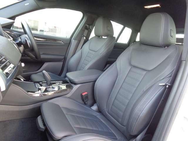レザーシートの状態も良く、著しい汚れヘタリは見受けられません。