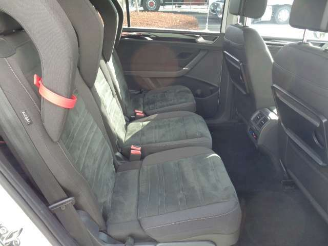 2列目シートにインテグレーテッドチャイルドシート用ヘッドレストを装着している状態です。(リヤシートヒーター非装備となります)