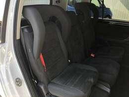 インテグレーテッドチャイルドシート付き(標準ヘッドレストに取替可能)座面部分が上げられる設定になっています。