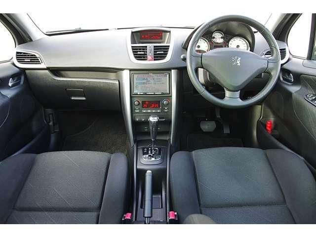 輸入車特有のシンプルなデザインの中にしっかりと操作性も確保されております。