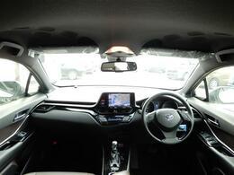 【運転席】黒と茶系で統一された車内は上質さもありながら座るとまるでスポーツカーに乗ってるようなコックピット感です!