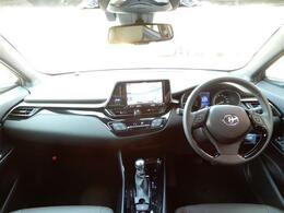 車内はスポーツカーのコックピットのような見た目で運転しやすく、視界も良好です!!