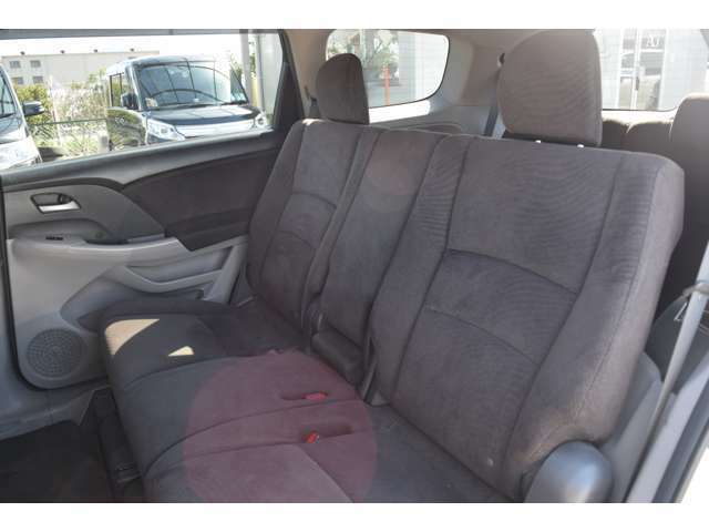 広々とした後席! 足元のスペースもゆったりしております☆ 長時間のドライブでも疲れにくいです。