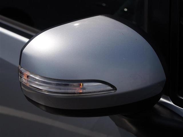 視認性の良いターンランプ付きドアミラー。周りからどっちに曲がるか判りやすくなって安全性が向上しますね。スタイリッシュなデザインで人気の装備です。