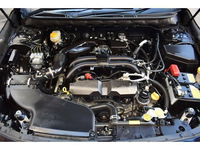 伝統の水平対向エンジンを搭載したエンジンルーム内。水平対向エンジンは重心が低いため、路面に吸い付くような安定した走りをお楽しみいただけます。