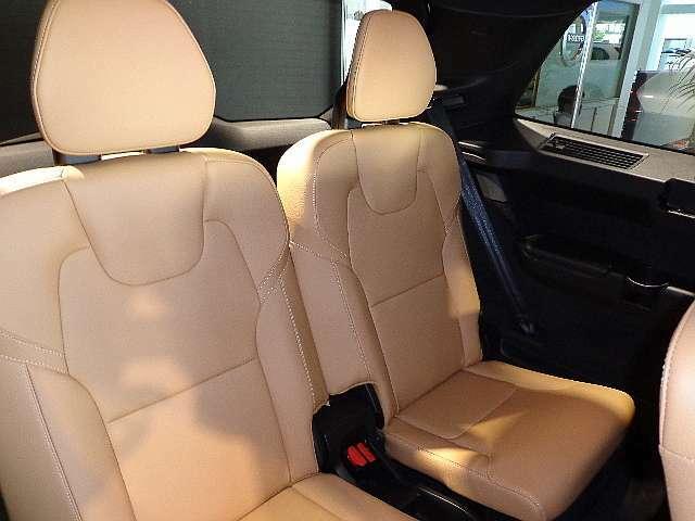 3列目シートは2座席を独立させ、身長170cmの方でも快適で乗降しやすい環境で御座います。