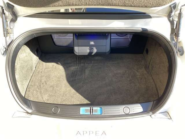 純正OPのオートトランクももちろん装備!LEDで光るウーハーがかなりのスペースを取りますがゴルフバック2本は余裕で積める◎バックカメラ標準装備◎燃料タンクを床下に配置することでラゲッジスペースを確保!