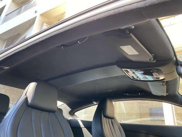 ダッシュボード一面のカーボンはスポーティかつ高級感を演出!!リアシートにもルーフ内張にも使用感は無い◎走行距離が1万キロなのも頷ける!フロントシートの背面をえぐる工夫でリアレッグスペースは4cm拡大!