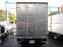 荷台の詳細と致しまして、最大積載量1,900kg、荷台後ろ開口部の詳細と致しまして、幅:185cm 高さ:207cmとなっております。また、荷台の地上高は80cmです。ボディは東急車輌製です!