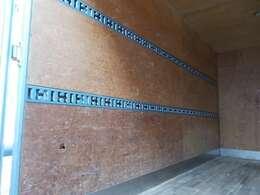 2段ラッシングベルトや室内灯もついております。荷台内形は、長さ:397cm 幅:195cm 高さ:212cmとなっております。