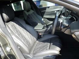 シートはフルナッパレザー仕様です。適度なホールド感とソフトな座り心地が魅力的です。上質な室内空間で、お乗りになられた方を心地よい気分にさせてくれます。