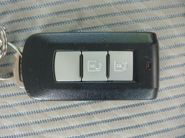 スマートキー付きでカギはバックやポケットに入れたままでも、ドアの開閉・エンジンスタートが出来ます。