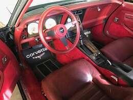 内装 シートなど少し色褪せが出てきてますが、赤と黒のコンビネーションの内装はお洒落です