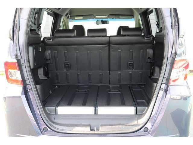 荷物スペースに特化したたランクスペースでボードを反転すれば車輪止めにもなります。