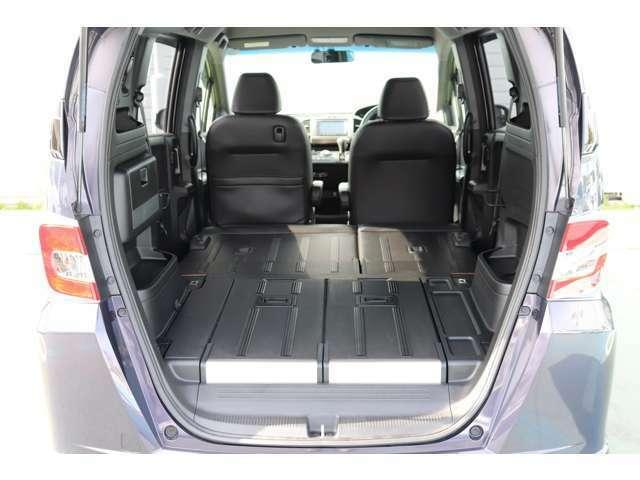後部座席をダイブダウンすることでフラットにすることが可能となり、キャンプなど、アウトドアに便利な仕様となっております。