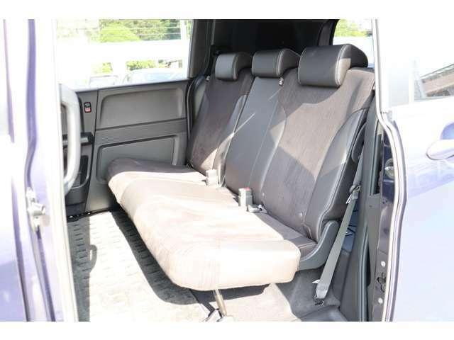 後部座席は広々した3人シートで広く快適となっております。