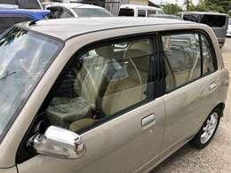 ドア窓枠とセンターピラーをブラックに!最近のクルマは最初からですね。スタイリッシュに引き締まります!
