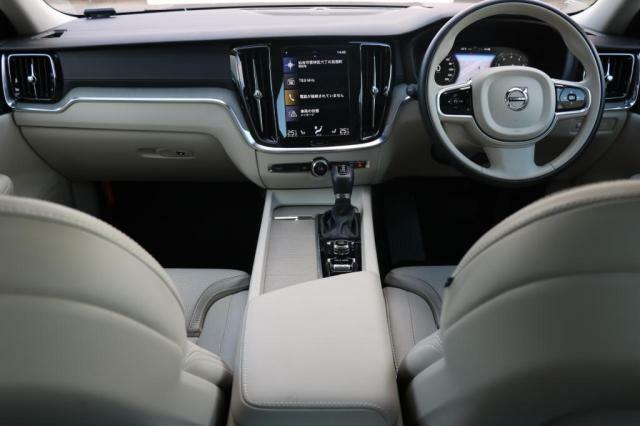 ヘッドアップ・ディスプレイ、フロント・シートヒーター,速度感応式電動パワーステアリング(チルト/テレスコピック機構および3段階レベル調整機能付き)